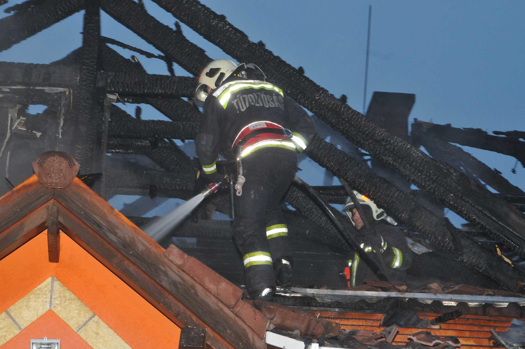 Kigyulladt a ház, tűzoltók mentették ki a lakót