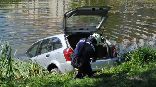 Vár-tóba gurult a Mazda